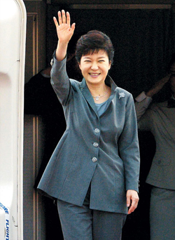 President Park Geun-hye waves on arrival at Seoul Airport on Sunday. /News 1