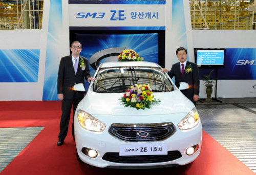 Renault Samsung Motors CEO Francois Provost (left) and Busan Mayor Hur Nam-sik pose with the SM3 Z.E. in Busan on Monday. /Courtesy of Renault Samsung Motors
