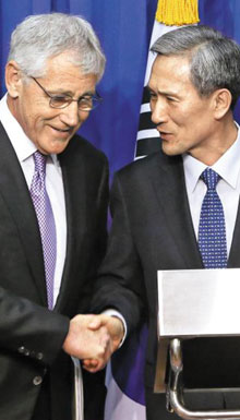 Defense Minister Kim Kwan-jin (right) shakes hands with his U.S. counterpart Chuck Hagel at the annual South Korea-U.S. Security Consultative Meeting in Seoul on Oct. 2.