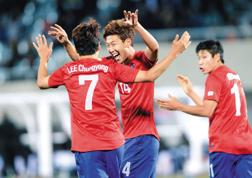 Son Heung-min (center) celebrates after scoring in a friendly match between Korea and Mali in Cheonan, South Chungcheong Province on Tuesday. He found the back of the net in the first minute of the second half for Koreas second goal of the game. /Newsis.