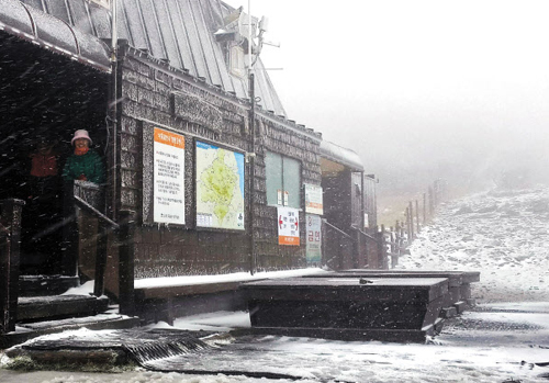 The first autumn snow falls on Mt. Seorak on Tuesday. /Newsis