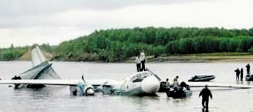 Rescue workers search the wreckage of Lao Airlines flight QV301 after it crashed into the Mekong River in southern Laos on Thursday. /YTN