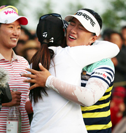 Yang Hee-young (right) celebrates with other golfers after winning the LPGA KEB Hana Bank Championship in Incheon on Sunday. /Courtesy of the LPGA KEB Hana Bank Championship