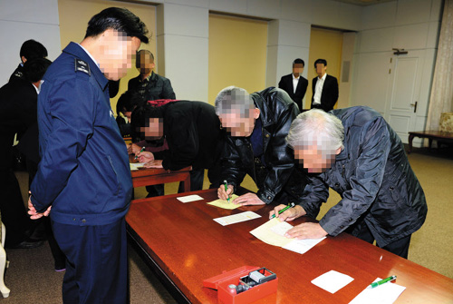Six South Koreans released from North Korean concentration camps go through the immigration office in the truce village of Panmunjom in Paju, Gyeonggi Province on Friday. /Newsis