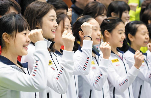 Figure skater Kim Yu-na (second left) poses with other athletes at a press event in Seoul on Wednesday to mark the 100-day countdown to the 2014 Sochi Winter Olympics. /News 1