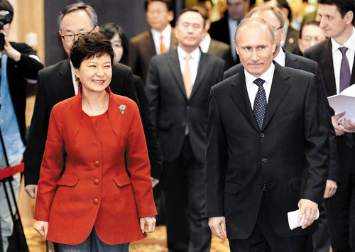 President Park Geun-hye and her Russian counterpart Vladimir Putin in Seoul on Wednesday /Newsis