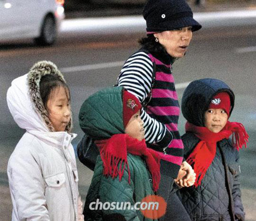 Children are bundled up against the cold in Sejongno, downtown Seoul on Sunday.