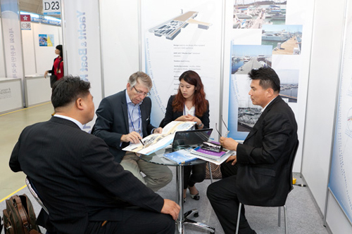 A buyer visits a booth at the Yacht and Boat Korea show last year in Changwon.