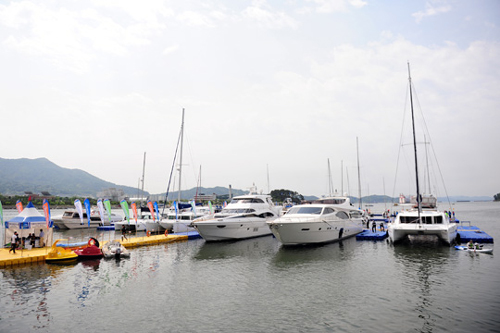 Boats are displayed on the seashore at the Yacht and Boat Korea show last year in Changwon.