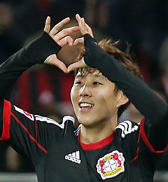 Leverkusens Son Heung-min symbolizes a heart with his hands after scoring during the Bundesliga soccer match between Bayer Leverkusen and Nürnberg in Leverkusen, Germany on Saturday. /AP-Newsis