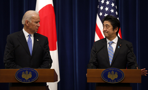 U.S. Vice President Joe Biden (left) and Japans Prime Minister Shinzo Abe attend a news conference after their meeting in Tokyo on Tuesday. /Reuters-Newsis
