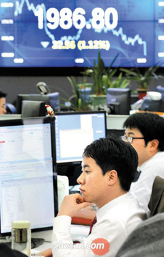 An electronic board at KDB Daewoo Securities in Yeouido, Seoul, shows the KOSPI closing at 1,986.80 points on Wednesday.