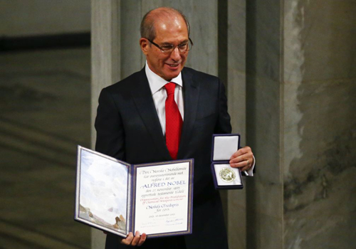 Ahmet Uzumcu, director general of the Organisation for the Prohibition of Chemical Weapons (OPCW) holds the medal and the diploma during the Nobel Peace Prize awards ceremony at the City Hall in Oslo, Norway on Dec. 10, 2013. /Reuters