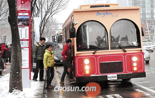 Staffers of Gangnam District Office get on a bus to experience the recently introduced tour of the area.
