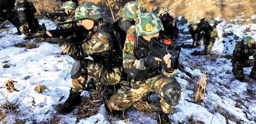 Chinese special troops conduct mountain searches as part of a winter exercise in the border town of Dandong on Tuesday. /Chinanews