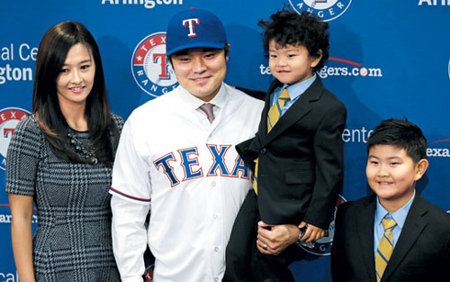 Texas Rangers outfielder Choo Shin-soo poses for a photo with his wife and sons during a press conference at Texas Rangers Ballpark on Friday. /USA Today-Newsis