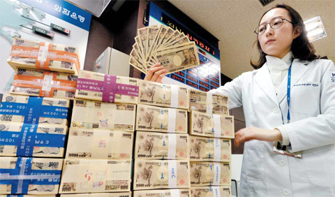 A staffer at Foreign Exchange Bank displays Japanese yen at headquarters in Myeong-dong, Seoul on Monday. /News 1