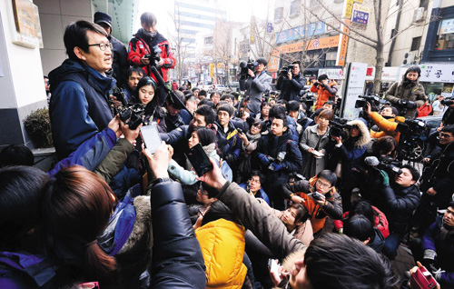 A KORAIL union spokesman announces the end of the railway strike in front of the Korean Confederation of Trade Unions building in Seoul on Monday. /Newsis