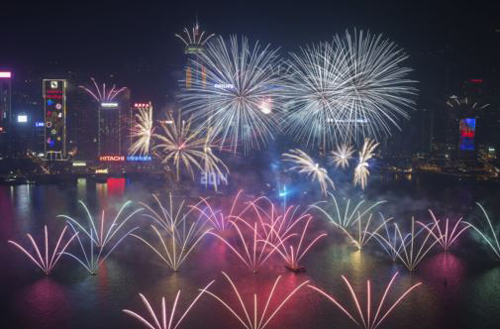 Fireworks explode over Victoria Harbor and Hong Kong Convention and Exhibition Center during a pyrotechnic show to celebrate the new year in Hong Kong on Jan. 1, 2014. /Reuters