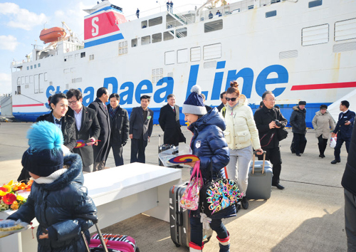Russian tourists arrive in Sokcho Port in Gangwon Province on Wednesday.