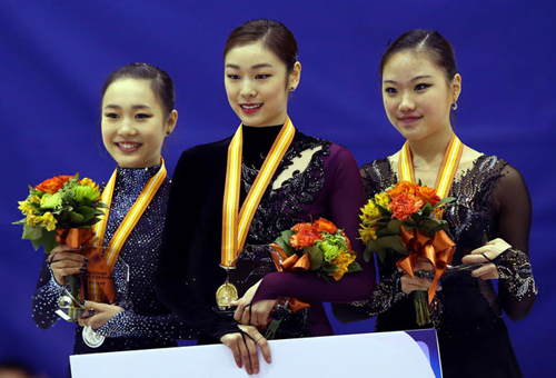 Kim Yu-na (center) smiles at an award ceremony after winning the ladies senior section for Korean nationals in Goyang, Gyeonggi Province on Sunday. Next to her are Park So-youn (left) and Kim Hae-jin, who finished second and third to secure berths for the Olympics. /News 1
