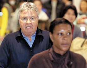 Guss Hiddink arrives with his girlfriend Elizabeth Pinas at Incheon International Airport on Sunday. /News 1