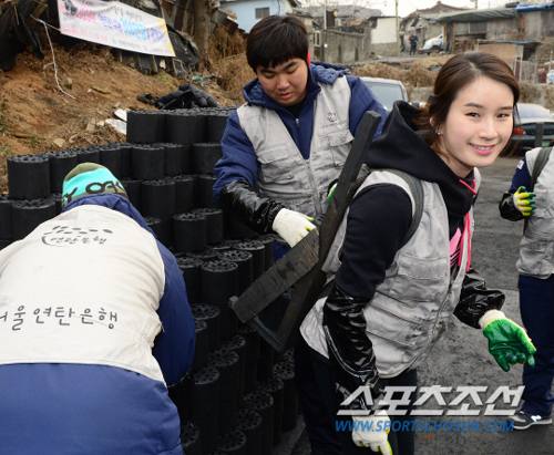 Ki Bo-bae smiles while volunteering to deliver coal briquettes for people in need in Baeksa Village in Junggye-dong, Seoul on Tuesday.