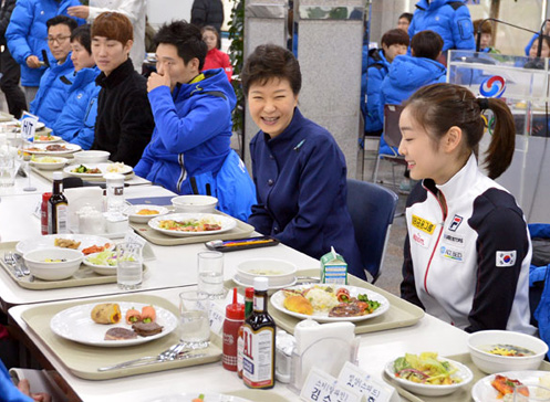 President Park Geun-hye smiles during the lunch with Kim Yu-na (right) and other athletes and coaches at the Taeneung Training Center in Seoul on Wednesday. /Newsis