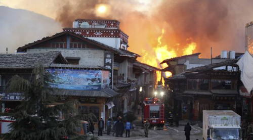 Fire blazes at the Dukezong Ancient Town in Shangri-la county, Yunnan province on Jan. 11, 2014. /Reuters