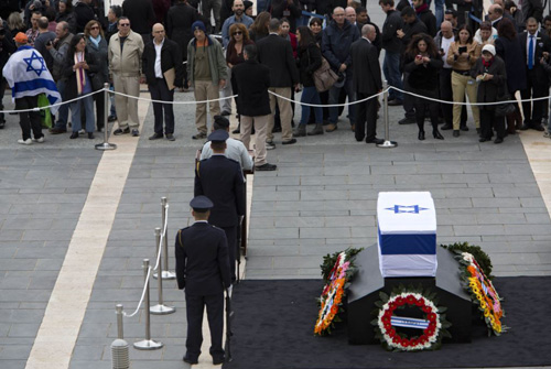 Israelis pass by the the coffin of former Israeli Prime Minister Ariel Sharon at the Knesset plaza in Jerusalem on Jan. 12, 2014. /AP