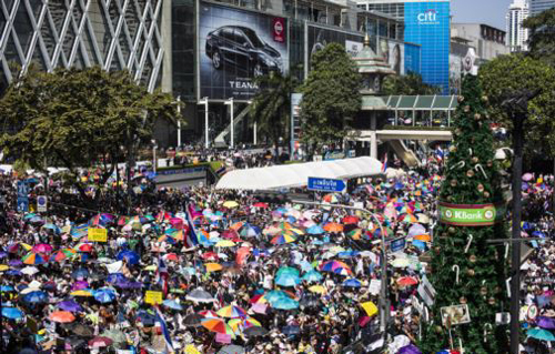 Anti-government protesters gather outside the Central World mall in the shopping district in central Bangkok on Jan. 13, 2014. /Reuters