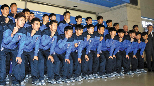 The national football team poses at Incheon International Airport on Monday before leaving for training in Brazil.  /News 1