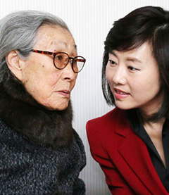 Gender Equality and Family Minister Cho Yoon-sun talks with former sex slave Kim Bok-dong at a press conference in Seoul on Tuesday.