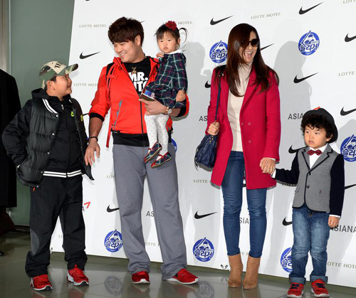 Choo Shin-soo smiles with his family at Incheon International Airport on Wednesday before leaving for the U.S.