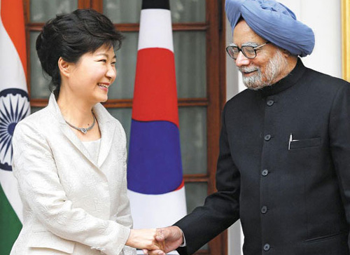 President Park Geun-hye and Indian Prime Minister Manmohan Singh shake hands in New Delhi, India on Thursday. /AP-Newsis