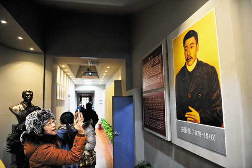 People visit a new memorial commemorating Korean freedom fighter Ahn Jung-geun at Harbin Railway Station on Sunday. /Xinhua