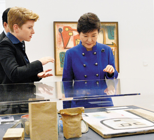 President Park Geun-hey (right) visits the Zentrum Paul Klee in Bern, Switzerland on Sunday. /Newsis