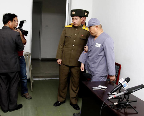 American missionary Kenneth Bae (right) leaves after speaking to reporters at a hospital in Pyongyang on Monday. Bae, 45, who has been jailed in North Korea for more than a year, appealed for the U.S. to do its best to secure his release and denied he had been maltreated. /AP-Newsis