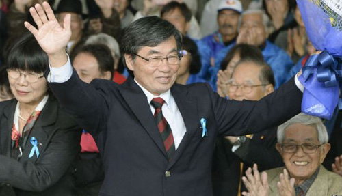 Nago City Mayor Susumu Inamine (center) celebrates after he was re-elected in the mayoral election in Nago on the Japanese southern island of Okinawa on Jan. 19, 2014. /Reuters