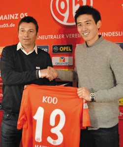 Koo Ja-cheol (right) shakes hands with FSV Mainz 05 manager Christian Heidel at an event to mark his joining the team on Monday.