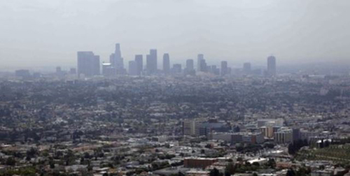 Smog covers downtown Los Angeles on April 28, 2009. /AP
