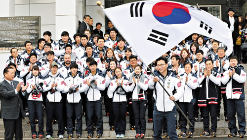 The Korean delegation poses at the Taeneung Training Center in Seoul on Thursday.