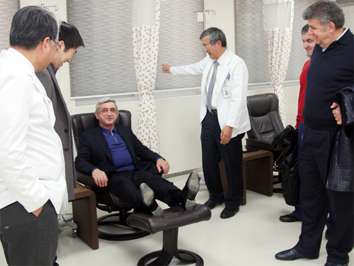 Armenian President Serzh Sargsyan (seated) talks to medical staff at Chaum Center in Gangnam on Jan. 9. /Courtesy of Chaum