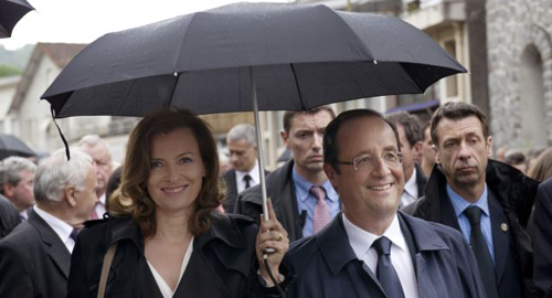 Frances President François Hollande (right) and his companion Valerie Trierweiler take part in a march as part of a ceremony in tribute to the memory of Nazi victims in Tulle, southwestern France on June 9, 2012. /Reuters