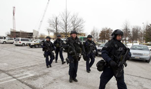 Police move in from a parking lot to the Mall in Columbia after reports of a multiple shooting on Jan. 25, 2014. /AP