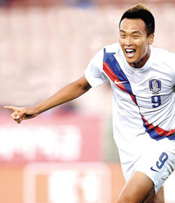 Kim Shin-wook reacts after his goal in Koreas friendly match against Costa Rica at the Los Angeles Memorial Coliseum on Saturday. /Newsis