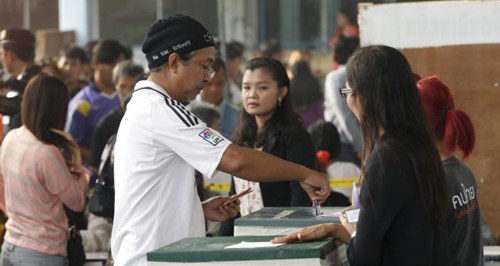 A local resident casts his ballot for the general election at a polling station in Bangkok, Thailand on Feb. 2, 2014. /AP