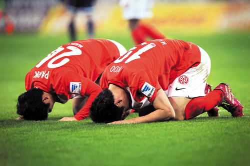 FSV Mainz 05's Koo Ja-cheol (right) and Park Joo-ho celebrate a goal by bowing on the grass during their Bundesliga match against SC Freiburg in Mainz, Germany on Saturday. /AP-Newsis