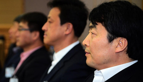 United Progressive Party lawmaker Lee Seok-ki and other party members attend a hearing at the Suwon District Court on Monday. /News 1