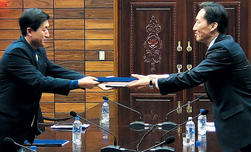 Representatives of two Koreas exchange an agreement in the truce village of Panmunjom on Wednesday. /Courtesy of the Ministry of Unification